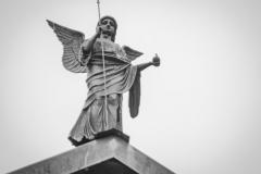 Engel auf dem Dachfirst